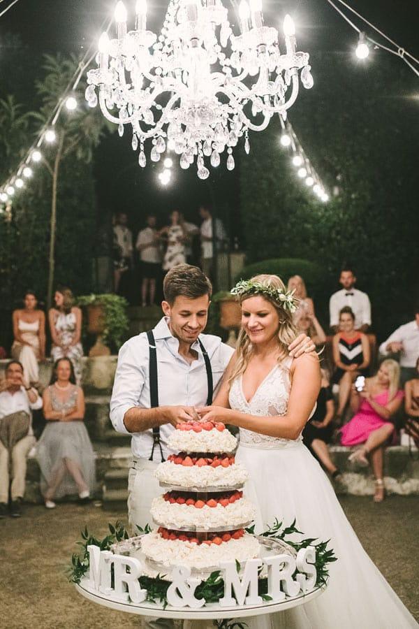 29_newlyweds_cut_the_wedding_cake